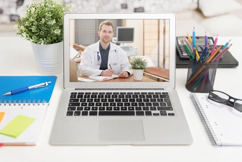 Doutor com um estetoscópio Conferência de Telehealth fotografia de stock royalty free