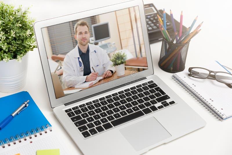 Doutor com um estetoscópio Conferência de Telehealth fotos de stock royalty free