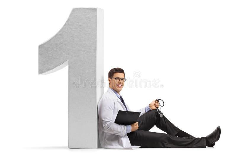 Doutor com um estetoscópio e uma prancheta que inclinam-se contra um insensibilizado imagens de stock royalty free