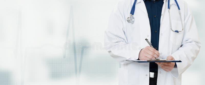 Doutor com um estetoscópio, guardando um caderno em sua mão foto de stock