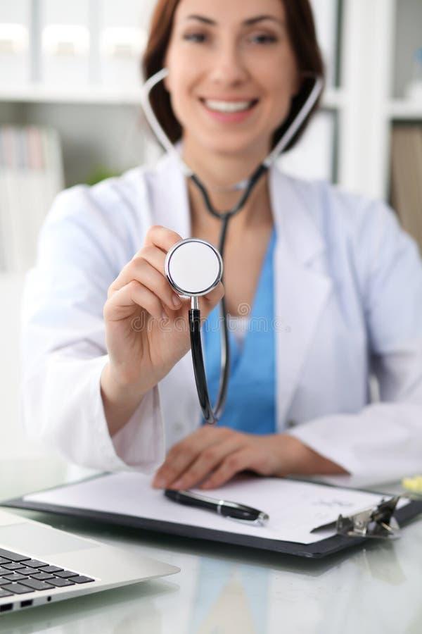 Doutor com um estetoscópio nas mãos, fim acima Médico pronto para examinar e ajudar o paciente Medicina, cuidados médicos e imagem de stock