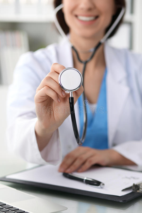 Doutor com um estetoscópio nas mãos, fim acima Médico pronto para examinar e ajudar o paciente Medicina, cuidados médicos e fotografia de stock