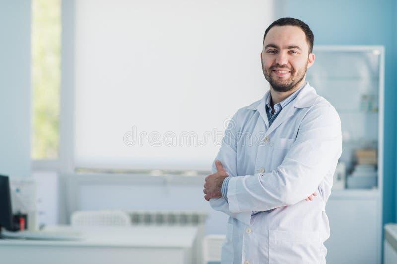 Doutor considerável novo dentro no escritório do hospital fotos de stock