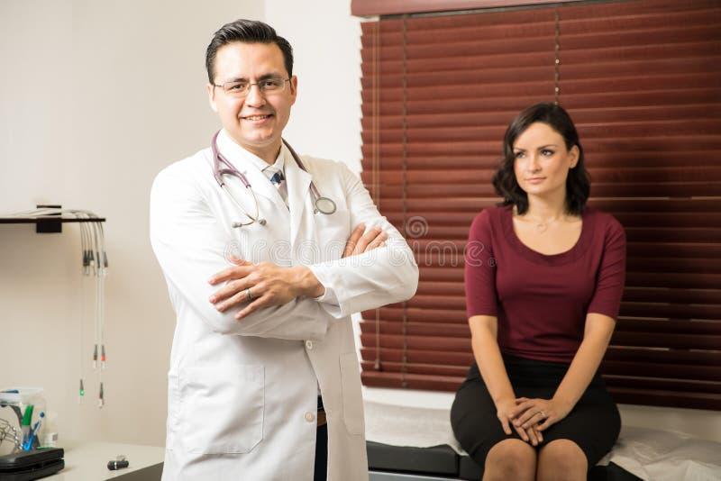 Doutor considerável que examina um paciente foto de stock