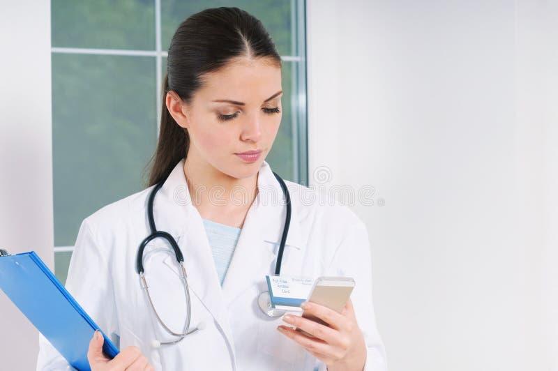 Doutor da jovem mulher com o equipamento da medicina que trabalha no hospital imagem de stock royalty free