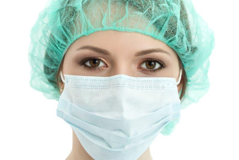 Doutor da jovem mulher no retrato do tampão e do close-up da máscara protetora foto de stock