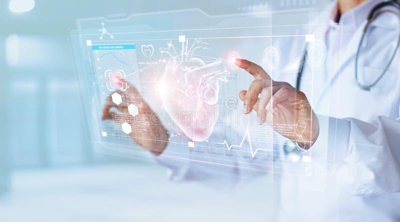 Doutor da medicina com coração tocante do ícone do estetoscópio fotografia de stock royalty free