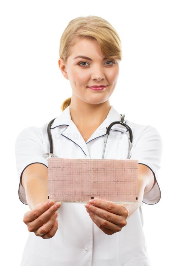 Doutor da mulher com o estetosc?pio que guarda o gr?fico do eletrocardiograma, conceito dos cuidados m?dicos fotografia de stock royalty free
