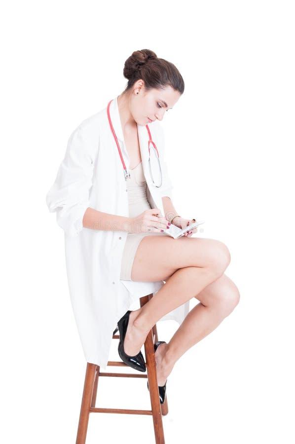 Doutor da mulher elegante que senta-se na cadeira fotografia de stock