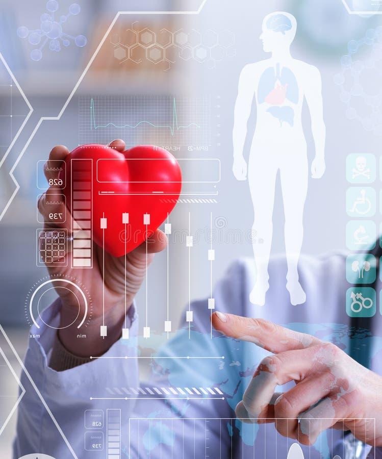 Doutor da mulher no conceito da cardiologia da telemedicina fotos de stock royalty free