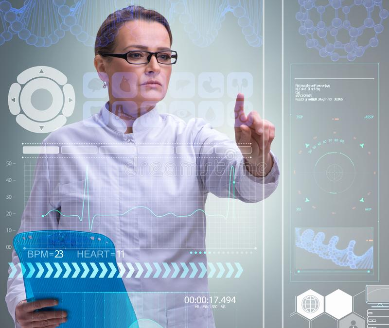 Doutor da mulher no conceito do mhealth da telemedicina imagens de stock royalty free
