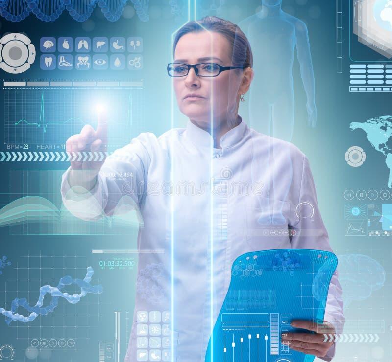 Doutor da mulher no conceito do mhealth da telemedicina imagens de stock