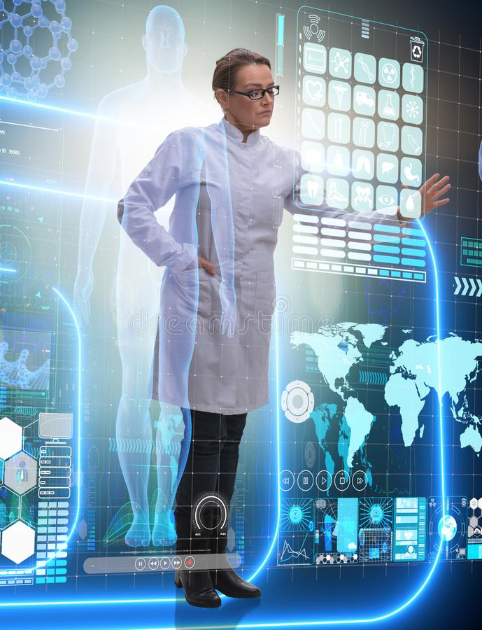 Doutor da mulher no conceito do mhealth da telemedicina foto de stock royalty free