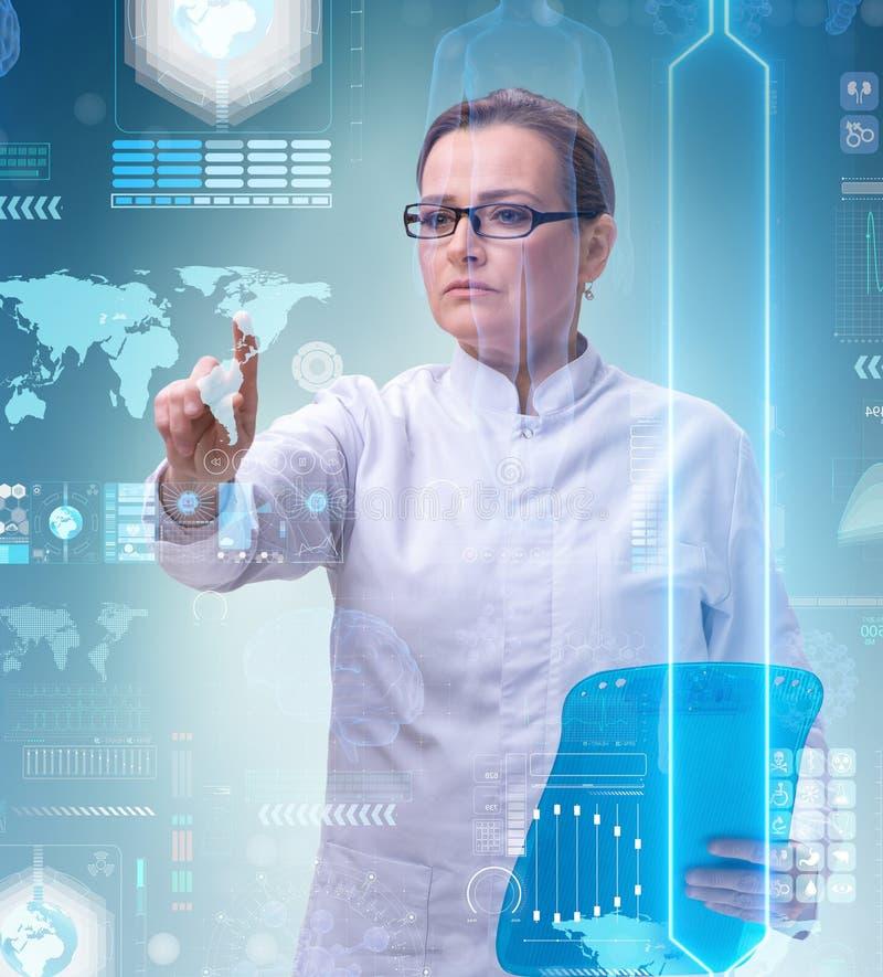 Doutor da mulher no conceito do mhealth da telemedicina foto de stock