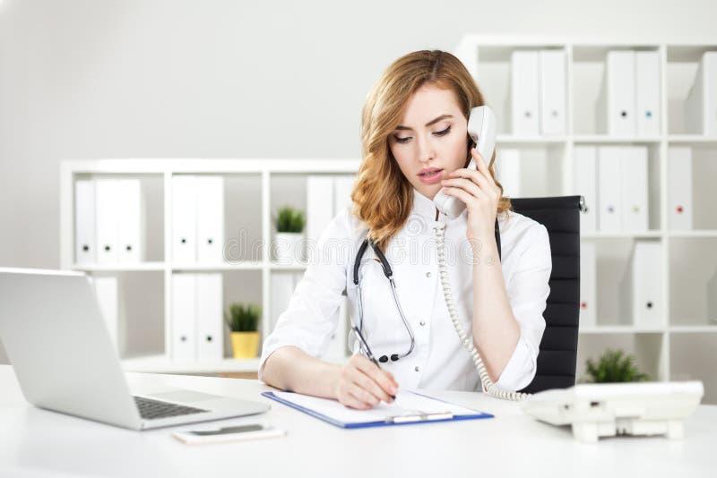 Doutor da mulher no telefone fotografia de stock royalty free