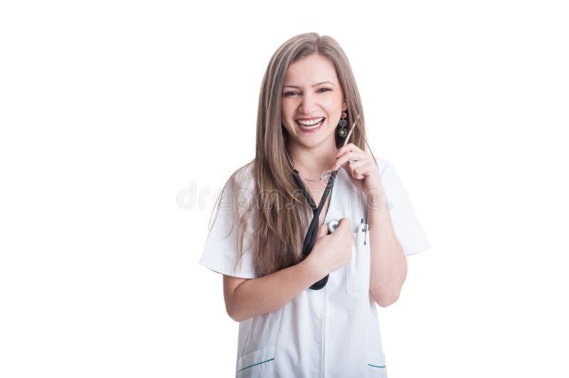 Doutor da mulher que escuta seu próprio coração imagens de stock