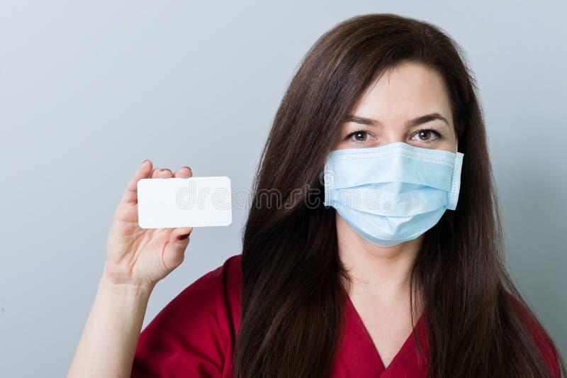Doutor da mulher que guarda um cartão branco vazio imagem de stock