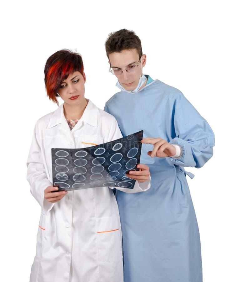Doutor de dois jovens que olha o resultado do tomografia foto de stock royalty free
