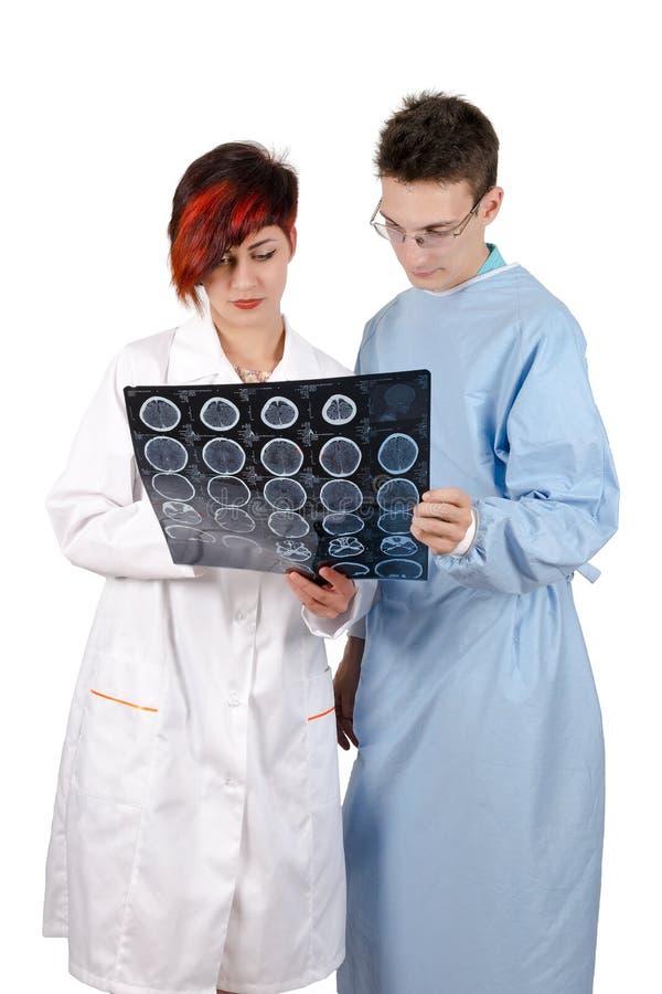 Doutor de dois jovens que olha o resultado do tomografia fotografia de stock royalty free