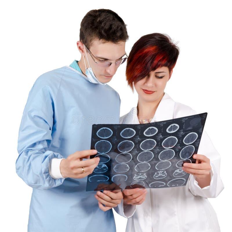 Doutor de dois jovens que olha o resultado do tomografia fotos de stock