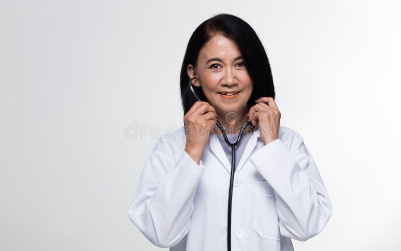 Doutor de envelhecimento idoso da sociedade dos anos superiores de 50s 60s imagem de stock royalty free