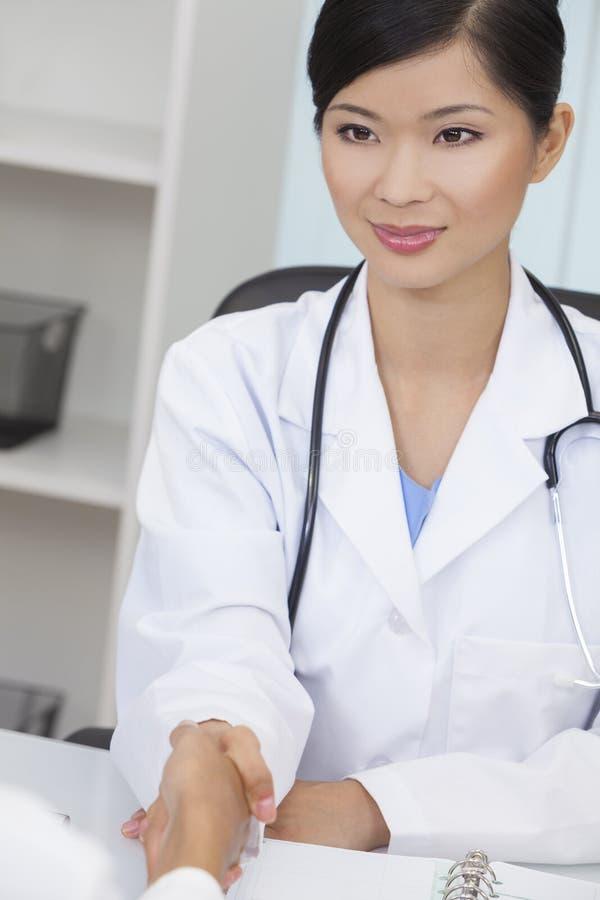 Doutor de hospital fêmea chinês da mulher que agita as mãos imagem de stock royalty free