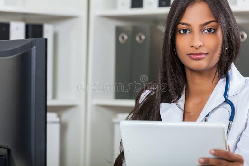 Doutor de hospital fêmea indiano asiático With Tablet Computer da mulher imagem de stock royalty free
