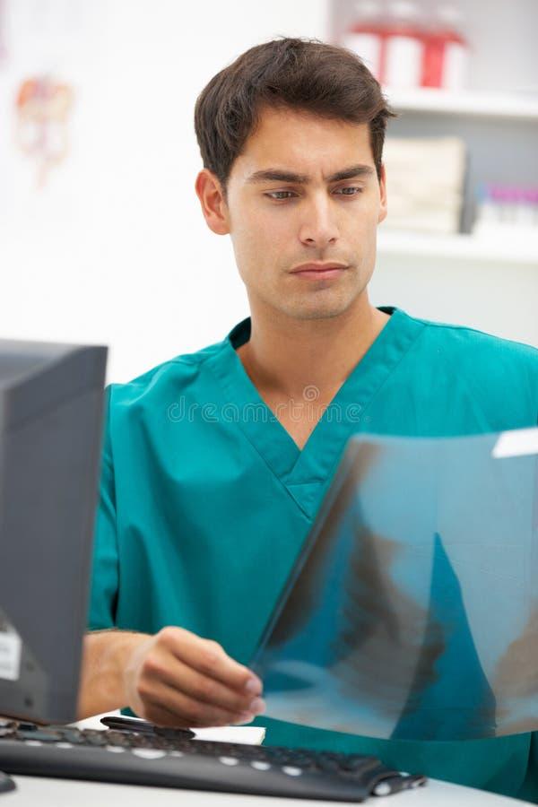 Doutor de hospital masculino novo na mesa imagens de stock royalty free