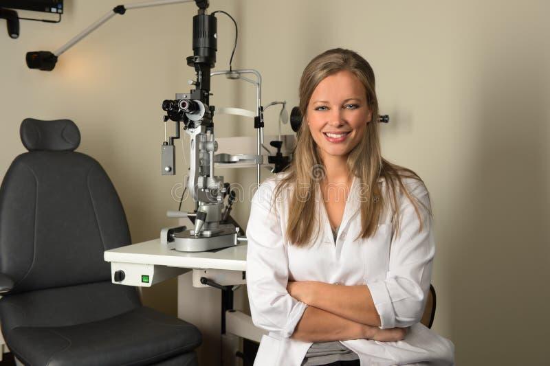 Doutor de olho fêmea novo Smiling imagem de stock
