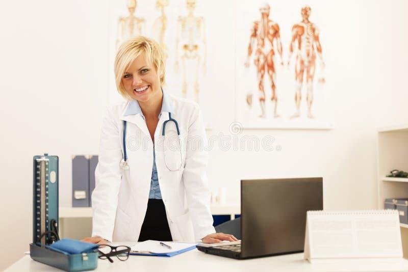 Doutor de sorriso em seu escritório foto de stock royalty free