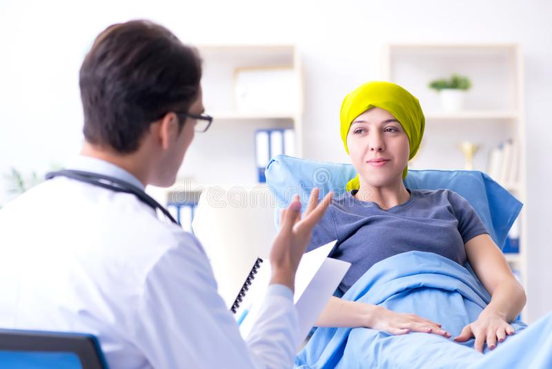 Doutor de visita da paciente que sofre de câncer para a consulta médica no clini imagem de stock royalty free