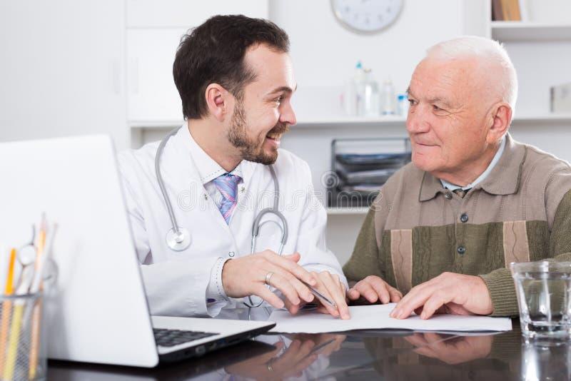 Doutor de visita do homem fotos de stock royalty free
