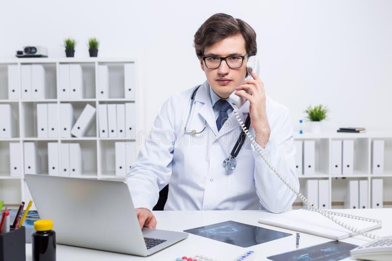 Doutor de Yound que tem a conversação telefônica imagens de stock