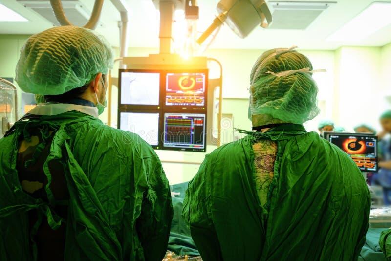 Doutor do cirurgião com monitor coronário fotografia de stock royalty free