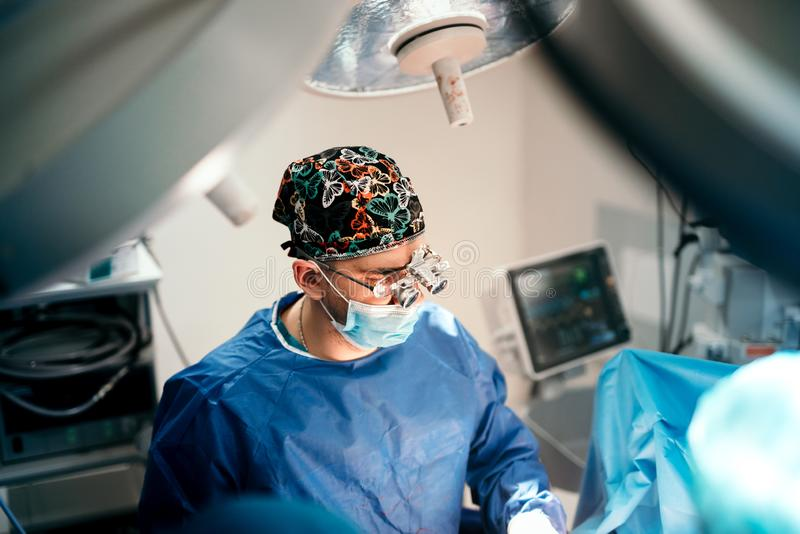 Doutor do cirurgião que opera-se na sala da cirurgia na clínica privada e no hospital Detalhes dos cuidados médicos fotografia de stock royalty free