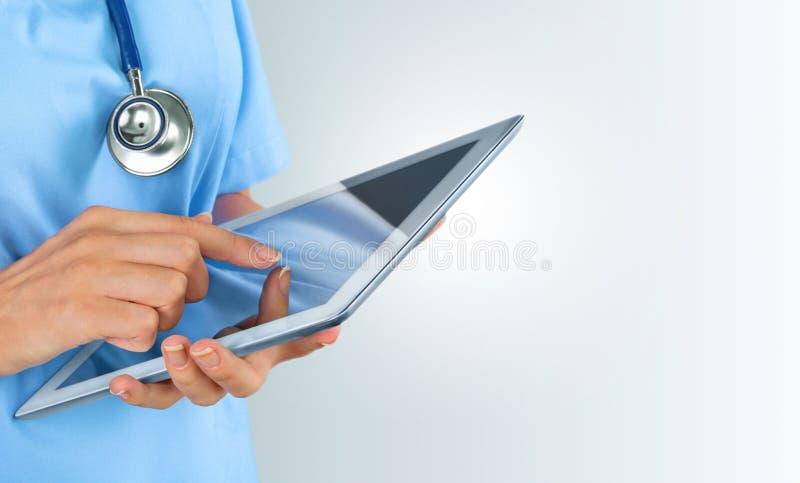 Doutor do close-up no hospital que trabalha com PC da tabuleta imagens de stock royalty free