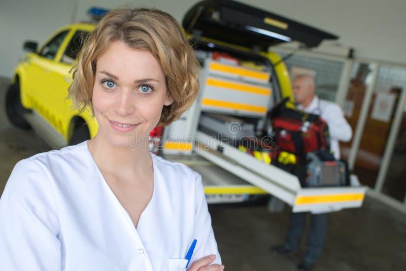 Doutor e ambulância fêmeas foto de stock royalty free