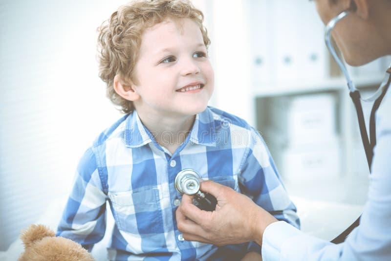 Doutor e crian?a paciente Rapaz pequeno de exame do m?dico Visita m?dica regular na cl?nica Medicina e cuidados m?dicos imagens de stock
