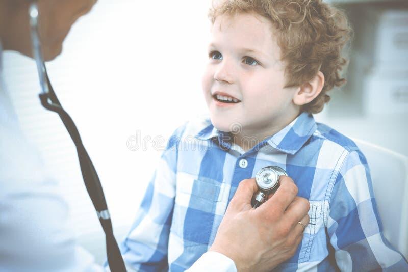 Doutor e crian?a paciente Rapaz pequeno de exame do m?dico Visita m?dica regular na cl?nica Medicina e cuidados m?dicos fotos de stock