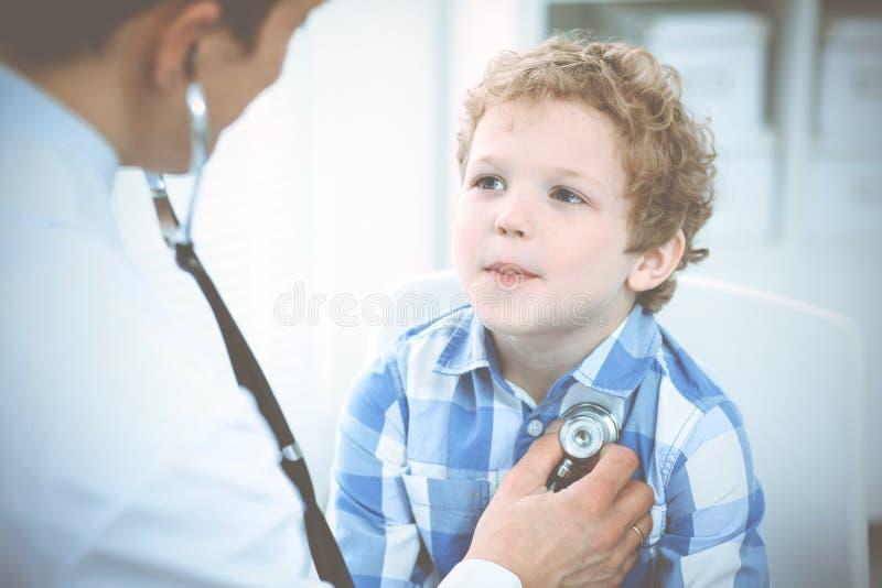 Doutor e crian?a paciente Rapaz pequeno de exame do m?dico Visita m?dica regular na cl?nica Medicina e cuidados m?dicos foto de stock royalty free