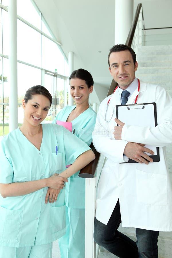 Doutor e duas enfermeiras fotos de stock