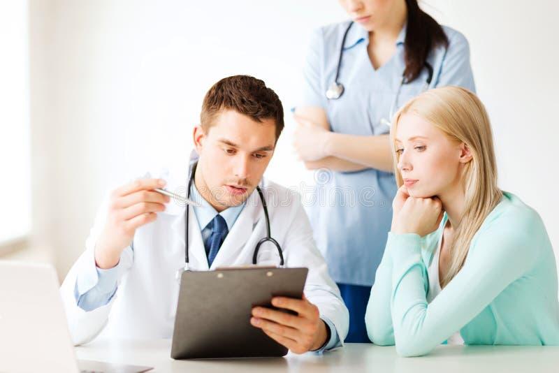 Doutor e enfermeira com o paciente no hospital imagens de stock