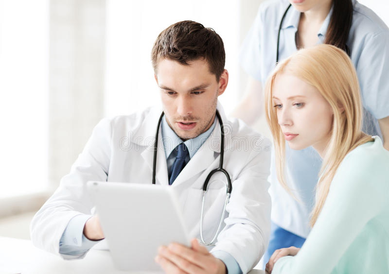 Doutor e enfermeira com o paciente no hospital fotografia de stock royalty free