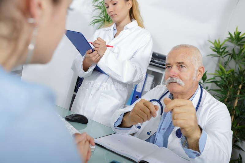 Doutor e enfermeira masculinos superiores fotos de stock royalty free