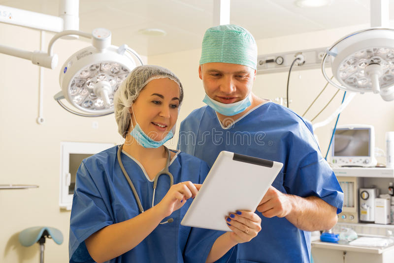 Doutor e enfermeira que usa o tablet pc imagens de stock