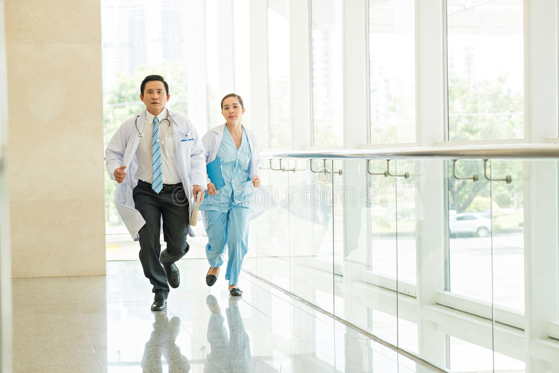 Doutor e enfermeira running foto de stock royalty free