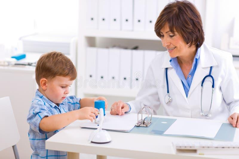 Doutor e menino sênior fotografia de stock