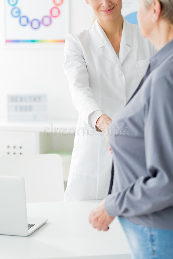 Doutor e paciente antes da consulta foto de stock