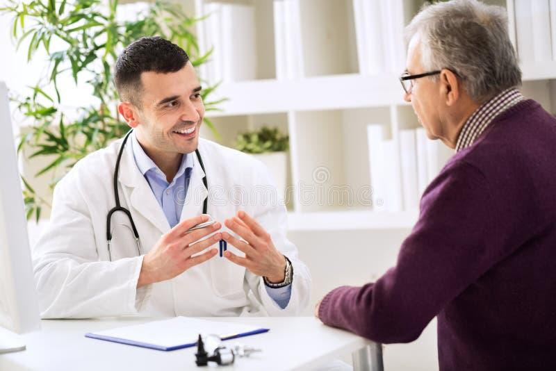 Doutor e paciente experientes imagens de stock royalty free