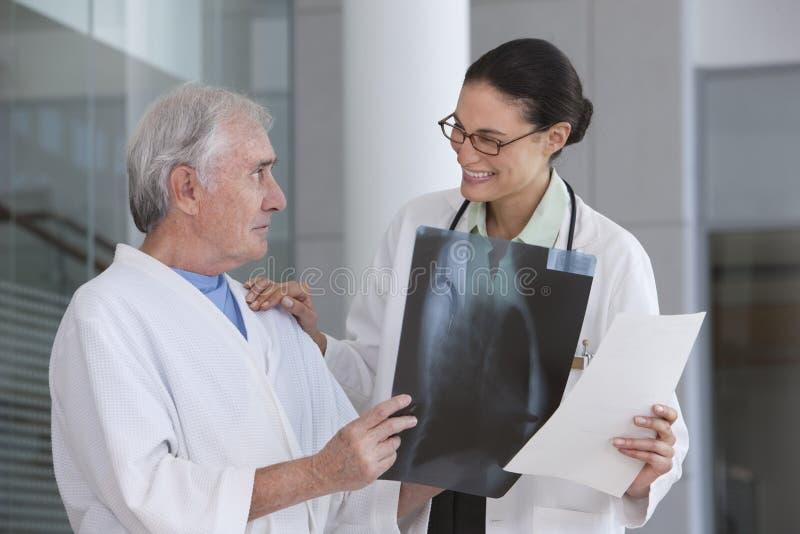 Doutor e paciente fêmeas imagens de stock